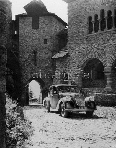 Parkendes Auto im Burghof. Murtal. Steiermark. Photographie. Um 1935.