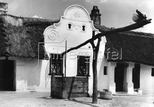 Brunnen vor einem Haus in Illmitz am Neusiedlersee, Burgenland, Österreich. Photographie. Um 1935.