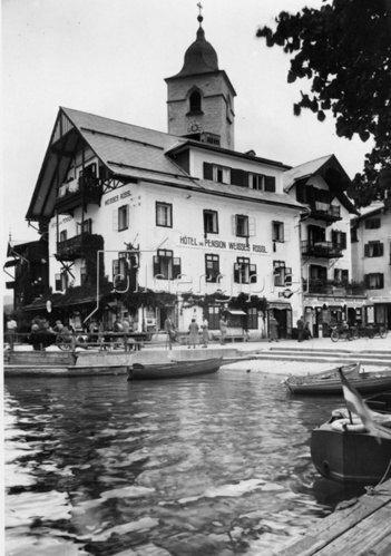 Aussenansicht des Hotel Weisses Rössl in St. Wolfgang. Photographie. Um 1935.