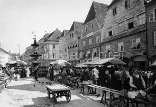 Markt auf dem Stadtplatz von Steyr. Photographie. Um 1935.