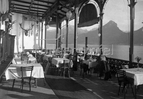 Die Terrasse des Hotels Weißes Rössl mit Blick auf den Wolfgangsee. Photographie. Um 1935.