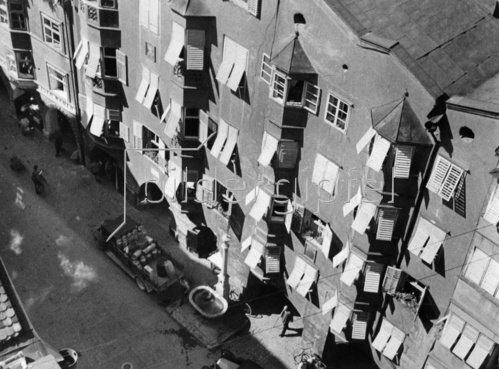 Fensterläden in der Herzog Friedrichstrasse in Innsbruck, Tirol. Photographie. Um 1935.