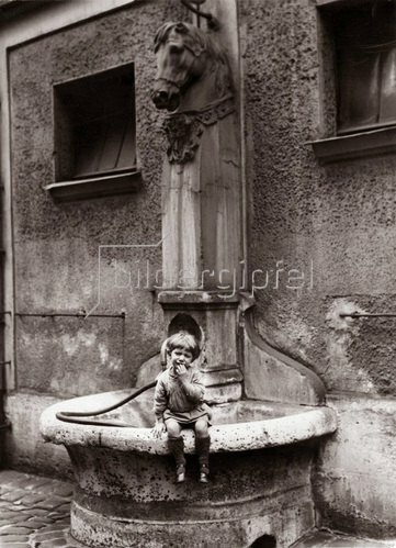 Eine historische Pferdetränke für Pferde der Postverbindung Paris - Marseille. Photographie. Frankreich. Um 1935.