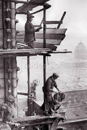 Renovierung von Notre Dame. Die feinen gothischen Skulpturen an der jahrhundertealten Front der Kathedrale in Paris werden ausgebessert. Photographie. Um 1935.