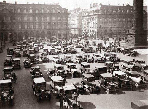 Parkende Autos am Place Vendome. Photographie. Frankreich. Um 1935.