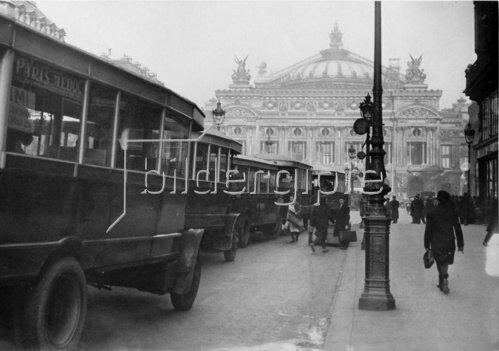 Busse blockieren den Verkehr vor der Pariser Oper. Frankreich. Photographie. Um 1935.