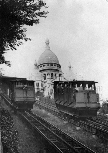 Die Zahnradbahn auf den Montmartre, im Hintergrund die Kirche Sacre Coeur Photographie. Frankreich. Um 1935.
