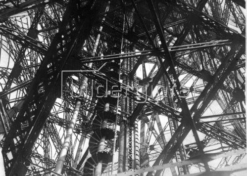 Blick in das Innere des Eiffelturmes. Photographie. Frankreich. Um 1935.
