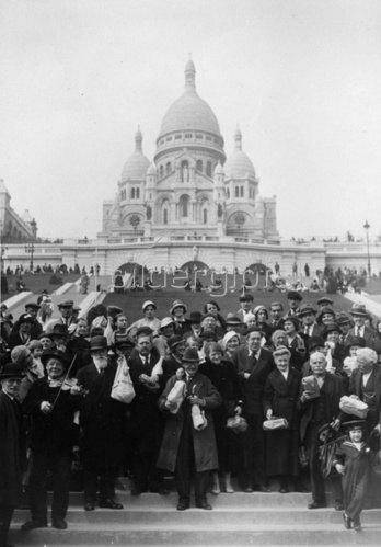 Der bekannte Schauspieler Michel Simon verteilt Wein an die Leute auf dem Montmartre. Paris. Frankreich. Photographie. Um 1935.