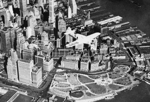 Der bekannte amerikanische Pilot Frank Hawks fliegt in seinem Flugzeug über Manhattan. New York. Amerika. Photographie. Um 1935.