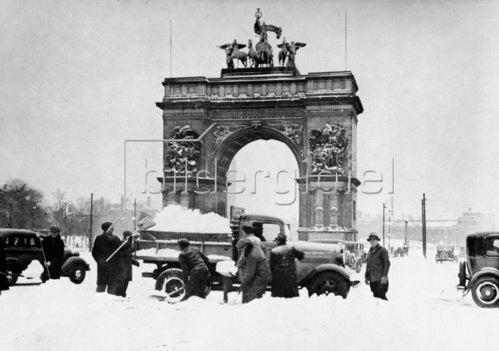 Nach heftigen Schneefällen wird der Schnee auf dem Grand Army Plaza in Brooklyn geräumt. New York. Amerika. Photographie. Um 1935.
