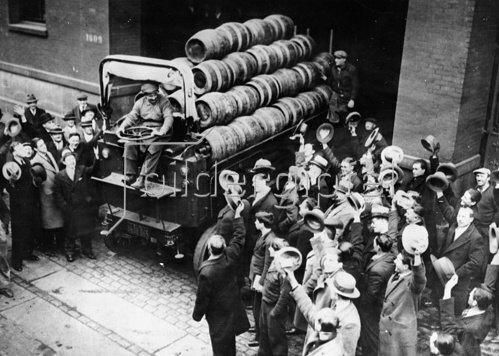Nach Aufhebung der Prohibition wird ein aus der Brauerei kommender Lastwagen mit Bierfässern freudig begrüßt. New York. Amerika. Photographie. Um 1930.