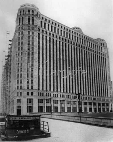 Große und kleine Unternehmen in Chicago. Photographie. Um 1935.