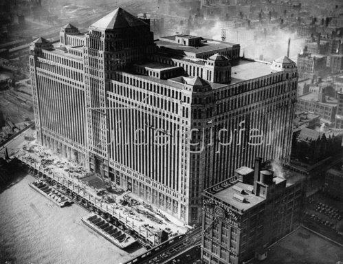 Das seinerzeit größte Gebäude der Welt. Chicago. Photographie. Um 1935.