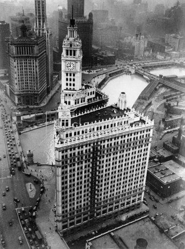 Blick auf das Wrighley-Buliding in Chicago. Photographie. Um 1935.