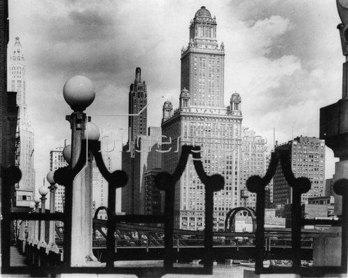 Die Skyline von Chicago von der La Salle Brücke aus gesehen. Photographie. Um 1935.