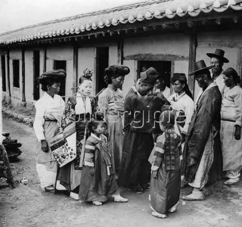 Vorbereitungen für eine chinesische Hochzeit vor dem Haus des Vaters der Braut. Photographie. Um 1935.