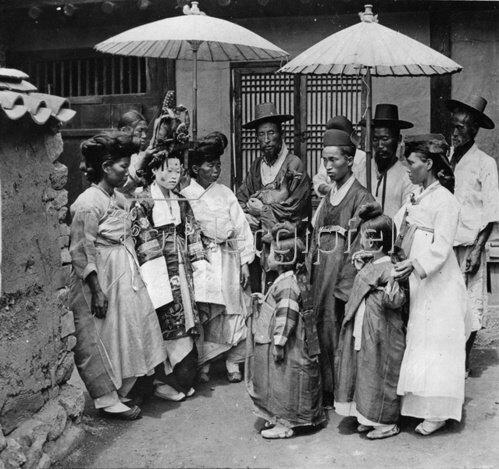 Chinesiche Hochzeit. Braut und Bräutigam werden einander erst bei der Zeremonie vorgestellt. Photographie. Um 1935.