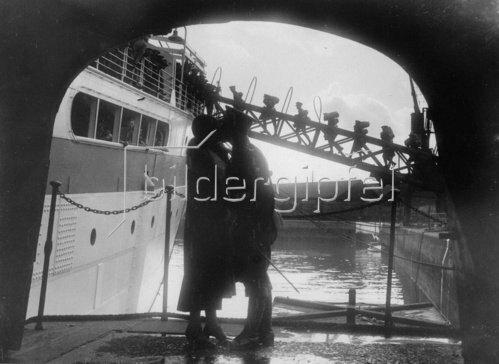 Abschiedskuss eines Marine-Soldaten am Kai der Southampton Docks. Photographie. 13.10. 1933.