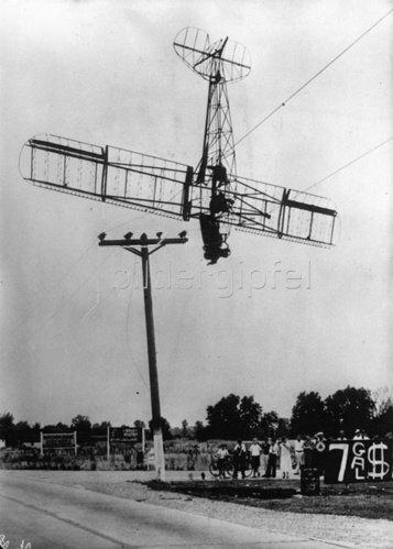 In einer Vorstadt von Indianapolis stürtzte ein Flugzeug auf eine Hochspannungsleitung und verbrannte völlig. Photographie. Um 1935.