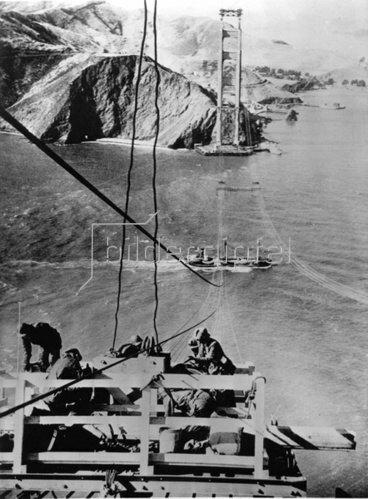 Bauarbeiten an der Golden Gate Bridge, der damals langsten Hängebrücke der Welt. San Francisco. Photographie. Um 1935.