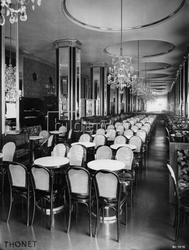 Cafe Fenstergucker. Innenansicht. Ausstattung der Firma Gebrüder Thonet. Wien. Photographie. Um 1935.