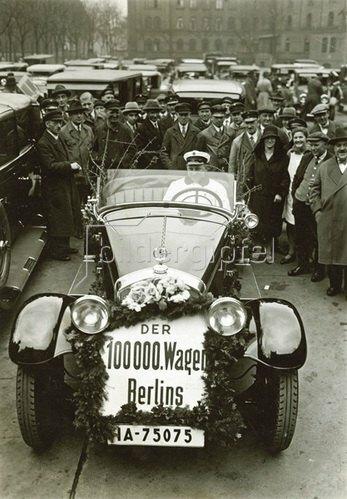 Berlins hunderttausendster Kraftwagen. Photographie. Um 1935