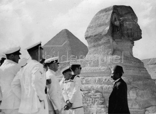 Ein Reiseführer erklärt einer Gruppe von Matrosen die Geschichte der Sphinx. Photographie. 6.5. 1936.