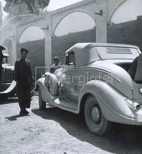 Automobil in einer orientalischen Stadt. Photographie. Um 1935.