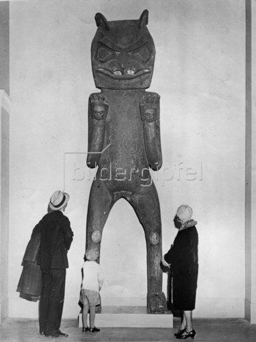 Totempfahl in Form eines Bären des Bella Coola Stammes bei der Eskimo- und Indianeraustellung in Chicago. Photographie. Um 1930.