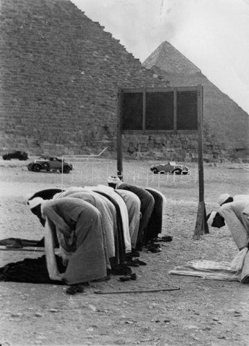 Gebete bei den Pyramiden von Kairo. Photographie. 12.2.1936.