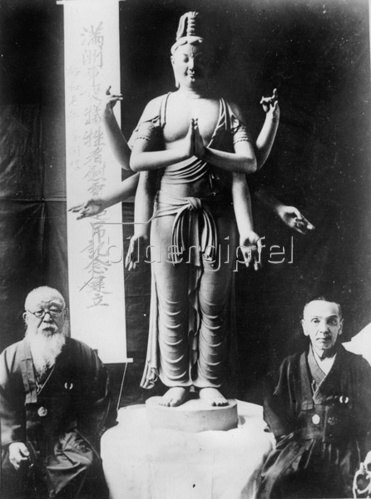 Ein Gott, der von Mitsu-un Takamura gestaltet wurde. Er soll in den Kannon Tempel bei Hongo, Tokyo gestellt werden. Photographie. 17.11.1931.