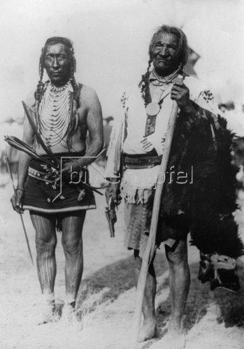 Zwei Indianerhäuptlinge im Glacier Nationalpark. Photographie. Um 1930.