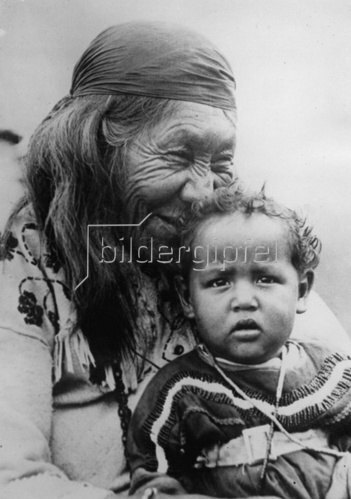 Eine alte Indianerin mit einem kleinen Kind. Photographie. Um 1930.