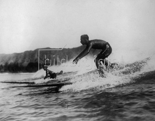 Junge Surfer an der Küste von Waikiki. Hawaii. Photographie. Um 1935.