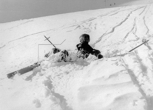 Gestürzte Skifahrerin. Fotografie um 1930