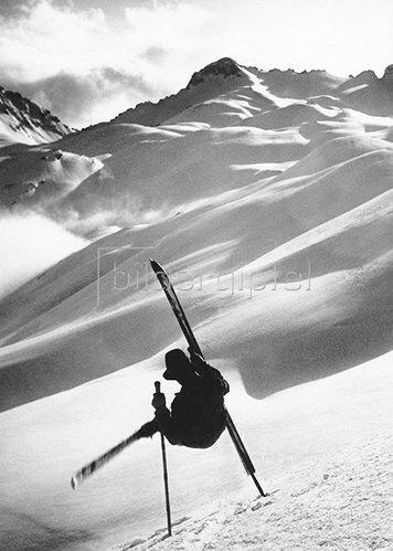 Skiakrobat auf der Zugspitze. Fotografie 1932