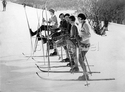 Schifahrer in St. Moritz, Schweiz, um 1935.
