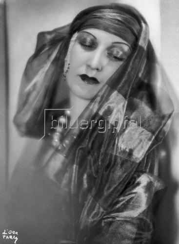 Madame d' Ora: Prinzessin Leila Bederkhan, die kurdische Tänzerin. Photographie von d'Ora um 1935
