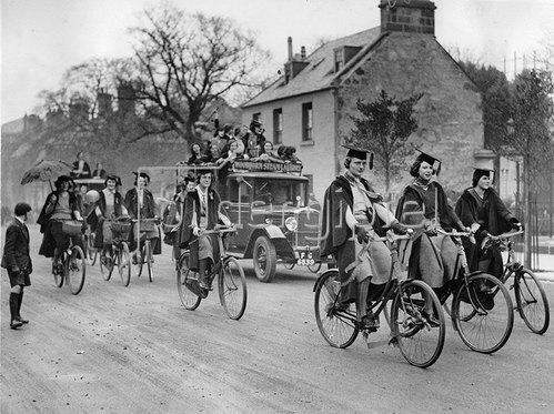 Studentinnen fahren zu den Wahllokalen wo ihr neuer Direktor gewählt werden soll. Schottland St. Andrew Universität. Photographie um 1930.