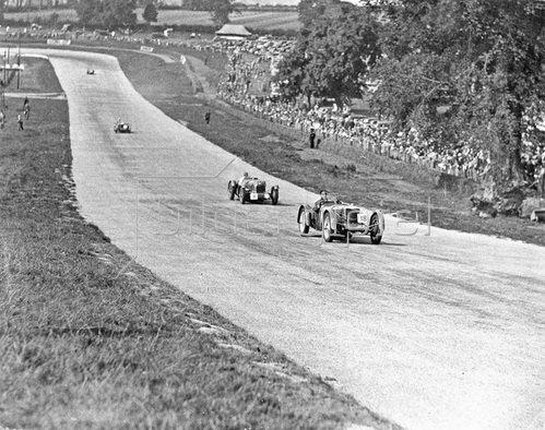 Vier Rennwägen fahren auf einer Rennstrecke, Leicestershire, England. Photographie. 06.09.1937.