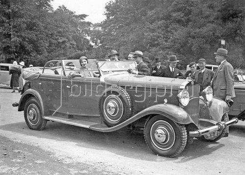 Das eleganteste Automobil Frankreichs, Photographie. Um 1930.