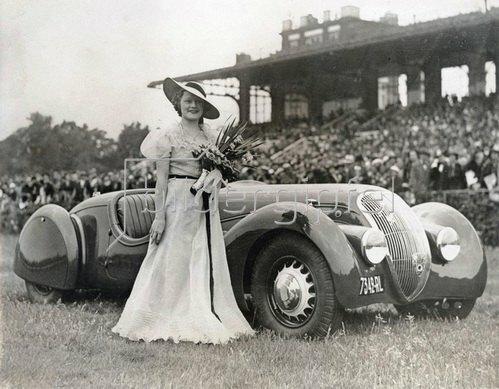 Frau mit ihrem Automobil bei einer Automobil Schönheitskonkurrenz. Paris, Frankreich. Photographie.  18.06.1937.