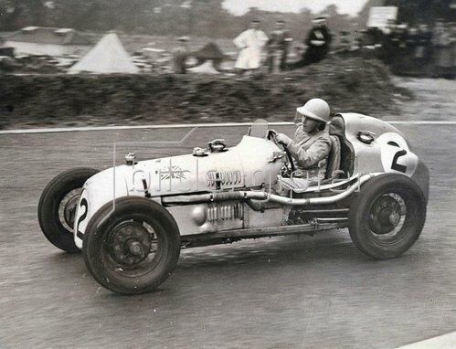 Fr. Petre fährt als einzige Frau bei einem Automobilrennen mit. Photographie. England. 14.08.1937.