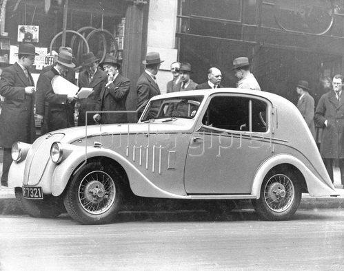 Stromlinienförmiges Automobil. Photographie. Um 1930.