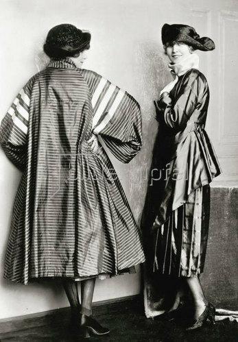 Madame d' Ora: Kostüm und Mantel von Eduard Josef Wimmer-Wisgrill