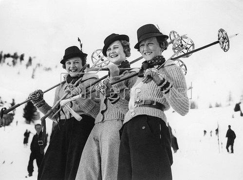 Drei Skifahrerinnen in St. Moritz, Schweiz. Um 1935