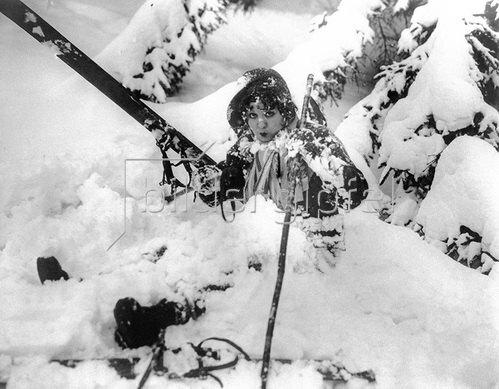 Schauspielerin Helen Kane versucht sich im Skifahren 1931.