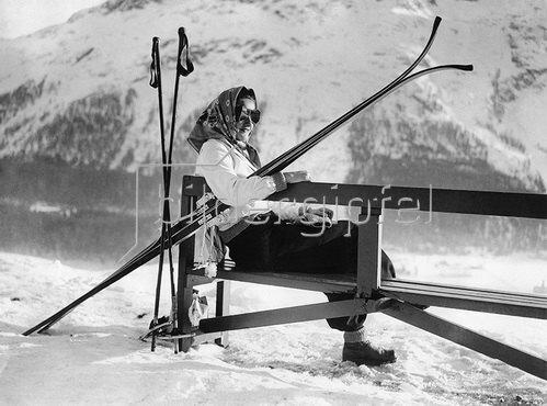 Laura Bartolani verbringt ihre Winterferien in St. Moritz, Schweiz um 1930