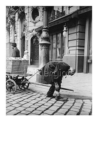 Emil Mayer: Zugmensch vor der Gastwirtschaft Zur goldenen Kugel im Ledererhof. Um 1910